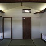 和室(出入り口側を見る。)