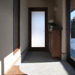 土間空間から玄関を見る。