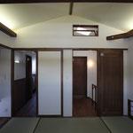 和室(左出口は化粧室へ、右出口は階段へ)