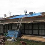 雨漏りの修理(屋根の吹き替え)瓦を再利用のため一枚一枚おろす作業