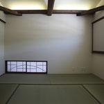 和室(リビング側の地窓を見る。)
