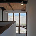 階段室から西側景色をみる。(常念ヶ岳が見える。)
