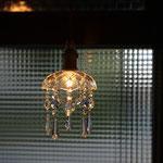 お気に入りの照明 マスタ-が集めた照明器具が店内を照らす