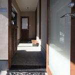 玄関から土間空間を見る。