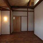 主寝室(出入り口を見る。)