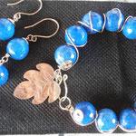 Brazalete gold filled con ágatas azules y hojas en  gold filled y aretes $55