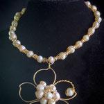 $65 dólares. Gargantilla con dije de perlas en forma de flor y aretes.