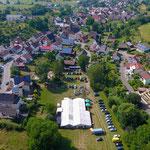 Festzelt, im Hintergund Tiefenbach