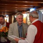 Vorstand Erhard Gurt (rechts) überreicht Marian Kalus die Urkunde zur Ehrenmitgliedschaft