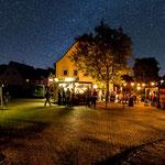 Blick auf das kleine Fest bei Nacht