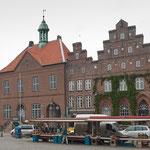 Rathaus und historische Stadthäuser