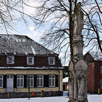 Marienfigur auf dem Kirchplatz