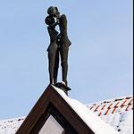 """Haus Kleinhans mit Figur """"die Liebenden"""""""