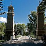 Kabel-Hängebrücke bei Langenargen Die langgezogene Hängebrücke – ohne festigende Pfeiler im flussbett 1896/97 nach Plänen von K. Von Leibbrand errichtet - überquert mit 72 Metern die Argen. Diese Konstruktion diente als Beispiel für den Bau der Golden Gat