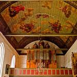 Die Kirche hat eine herrlich bemalte Holzdecke