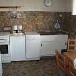 Küche mit E-Herd, Kühlschrank, Spülmaschine, Microwelle, Esstisch