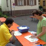 Jürgen und Elisabeth beim Zwiebelschälen