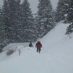 Die Nichtskifahrer als einsame Wanderer im Schneegestöber