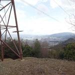 鉄塔の足元はきれいに除草され、琵琶湖が遠望できる