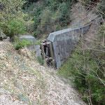 大きな砂防ダムの横を抜けます