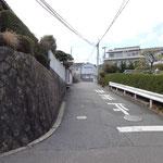 五叉路を左へ曲がり、急坂を登ります。