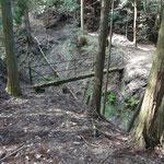 谷筋に橋があります。急坂を滑り降りて、橋の袂へ