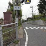 穴太駅から県道を左に折れます