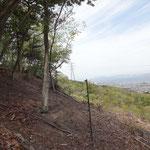 やがて電気柵は右に折れ、山の斜面を登ります