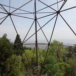 山城北線53号の脚の間から琵琶湖が見えます。