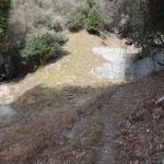 巨大な砂防ダムの底を右に左に縫って上がります