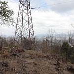 鉄塔越しに琵琶湖が見える