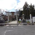 八幡神社の前を右に折れます。