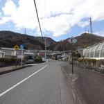 最初の陸橋を左へ。正面の山の谷間を目指します。