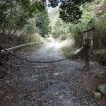 林道の入り口はチェーンで施錠されている