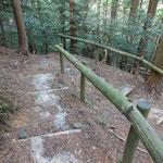 スイッチバックの急な階段を延々と下っていきます