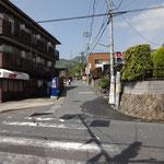 交差点を渡り、東海自然歩道を目指します。