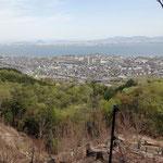 急坂の途中から琵琶湖が見えます