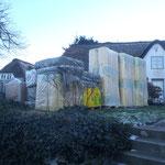 Materiallager vor dem Haus
