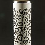 """Vase """"Schneeleopard"""" - Eiche /  h = 23 cm / Vasen-Ǿ = 7,5 cm / Wandstärke = 4 mm / Oberfläche Gesso weiß / Fellzeichnung Gesso schwarz"""
