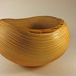 """Schale """"Die Unvollendete"""": Douglasie (Pseudotsuga menziesii) / Höhe = 18 cm / Ǿ = 29 cm  / Oberflächenbehandlung: GORMOS Wachs-Öl seidenmatt (Firma LIVOS) / Peis: 300,00 €"""