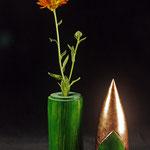 """Dekorationsobjekt und Vase """"Venus – die Schaumgeborene"""" – aus Birkeholz / h (gesamt) = 26 cm / h (unterer Teil = 11,5 cm / h (oberer Teil = 14,5 cm) Ǿ  = 6 cm /  Oberfläche: Spiritusbeize grün und gelb / Zierrinne und dem """"Kopf"""" 100 % Kupfer"""