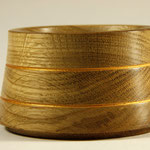 "Hundefressnapf ""Cantinus"": Eiche (geleimt) / h = 7,5 cm / Ǿ = 13 cm / Oberfläche: Naturharz Hartöl (Livos) / Zierrillen: Liquid Leaf (Classic) / Preis: 150,00 €"