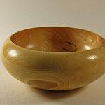 """Schale """"Hygeia"""": Esche / - h = 7,5 cm  - Ǿ (Bauch) = 18 cm - Ǿ (Hals) = 14,5 cm / Oberfläche: Livos (Bivos Öl-Wachs auf Bienenwachsbasis) - Finish mit Chestnut Acrylic Gloss Lacqeur (Sprühlack) / Preis: 450,00 €"""