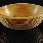 """Schale """"Taranis"""": Eiche / : h = 5 cm / Ǿ = 13 cm / Oberfläche:  Zierrillen: gebrannt und geölt / Preis: 150,00 €"""