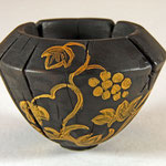 """Schale """"Veto"""": Esche / h = 8,5 cm / Ǿ = 11,5 cm Oberfläche: gebrannt und gebürstet Acrylfarbe für die Blumenranken / Preis: unverkäuflich"""