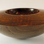 "Schale ""Karyatide"" / Schwarznuss / Maße: h = 8 cm / Ǿ = 24 cm / Oberfläche: Livos Naturöl und Chestnut Acryl Lack klar / Preis: 400,00 €"