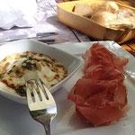Gasthof Oberlechner Algund Überbackener Ziegenkäse gratiniert mit Honig und Pinienkernen Passeirer Speck Gourmet Südtirol