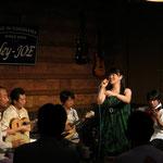 長岡さんのパンデイロが、音楽をがっちり支えてくださいます!初期の頃からサポートしてくださっている長岡さんは、私が何をどう歌いたいか、いつでもわかってくださいます。感謝>▽<