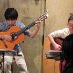 外園さんの柔らかなギターの音色とグルーヴに、阿部さんの深い7弦の音色が絡み合い素晴らしいギターサウンドが生まれました!