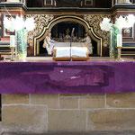Altar mit violettem Parament (Foto Kurt Wartenberg)
